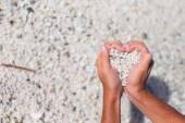 Mani in forma di cuore con ciottoli all'interno — Foto Stock