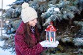молодая девушка с красный рождественский фонарь на снегу — Стоковое фото
