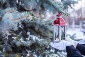 красивые красные декоративные рождественский фонарь на теплые варежки — Стоковое фото