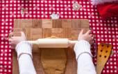 Barnen händer att göra från degen jul pepparkaksgubbe — Stockfoto