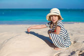 Adorable little girl during tropical beach vacation — Stock Photo