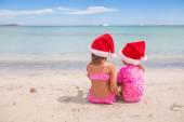 ビーチでの休暇中にサンタ帽子でかわいい女の子 — ストック写真