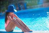 Bella giovane ragazza rilassante vicino alla piscina — Foto Stock