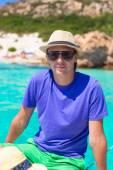 Jovem aproveitar as férias de verão no barco — Fotografia Stock