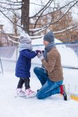 Happy father and little girl vacation on skating rink — Stock Photo
