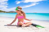 Petite fille avec palmes et masques pour snorkling — Photo