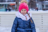 Adorable little girl outdoor in the park on winter day — Photo