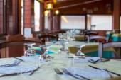 Tabel ingesteld op restaurant geserveerd in de avond — Stockfoto