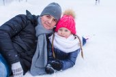 Young father and adorable little girl on skating rink outdoor — Photo
