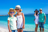Happy family with two kids during tropical beach vacation — Stock Photo
