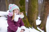 Adorable little happy girl have fun during winter vacation — Foto Stock