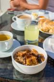 вкусный завтрак с хлопьями, сушеные фрукты и чашка горячего кофе — Стоковое фото