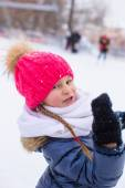 Adorable little girl outdoor in the park on winter day — Stock Photo