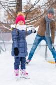 Familia feliz en la pista de patinaje al aire libre — Foto de Stock