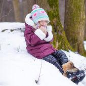 Güneşli kış günü karda küçük mutlu kız portresi — Stok fotoğraf