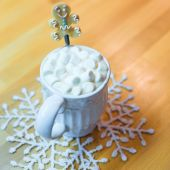Hot chocolate with marshmallows and cute tea spoon closeup — Stock Photo