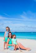 Mom and two little girls during beach vacation — Stock Photo