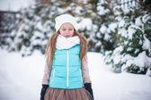 Bedårande liten flicka utomhus på varm vinter snö dag — Stockfoto