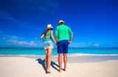 Young happy couple during tropical beach vacation — Stock Photo