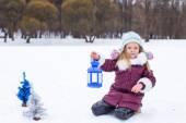 Urocza dziewczynka trzymając boże narodzenie latarnia na zewnątrz piękny zimowy dzień śniegu — Zdjęcie stockowe