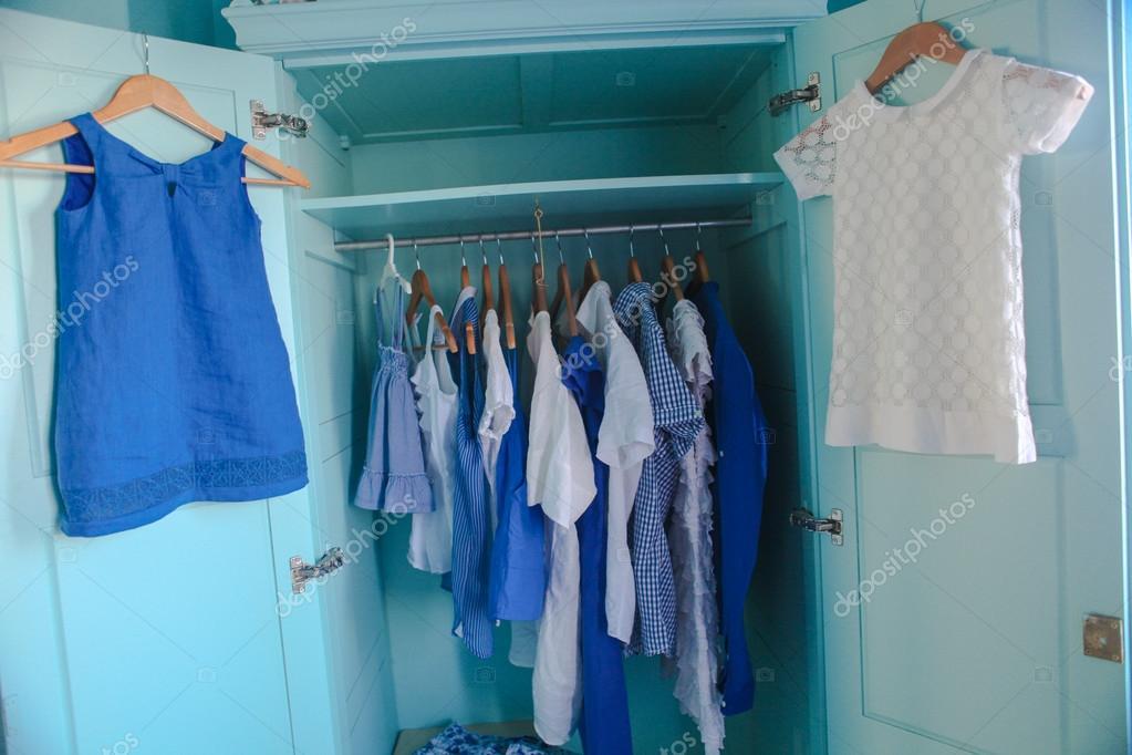 vestir armario con ropa azul en el armario u foto de stock