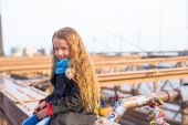 Adorable little girl sitting at Brooklyn Bridge — Stock Photo