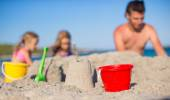 Father and adorable little daughter playing with beach toys during tropical vacation — Stock Photo