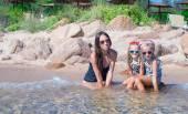 Pequenas meninas e feliz mãe durante as férias de praia — Fotografia Stock