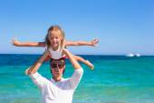 Little girl and dad have fun during tropical beach vacation — Stock Photo