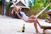 Giovane donna godendo una giornata di sole in amaca — Foto Stock