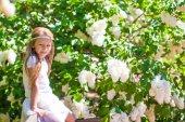 Schattig gelukkig meisje in bloem bloeiende tuin — Stockfoto