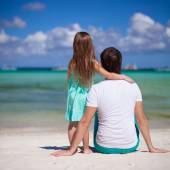 Adorable little girl and young dad at tropical beach — Стоковое фото