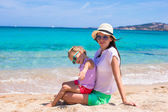 Young mother and her adorable little daughter during summer vacation — Stock Photo
