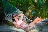 Frau im Badeanzug entspannen auf der Hängematte im Urlaub Sonnenbaden — Stockfoto