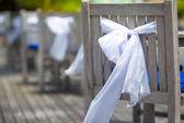 Wesele krzesła ozdobione białym łuki w kawiarni na świeżym powietrzu — Zdjęcie stockowe
