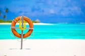 Livboj ring på tropisk strand, vit — Stockfoto