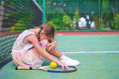 Niña triste en la cancha de tenis — Foto de Stock