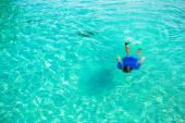 Junger mann in klaren tropischen türkisfarbenen wasser schnorcheln — Stockfoto