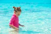 Adorable niña en la playa durante las vacaciones de verano — Foto de Stock