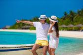 молодая пара счастлива на белом пляже в летние каникулы — Стоковое фото