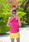 熱帯のビーチでの休暇中に小さな女の子や若い父 — ストック写真