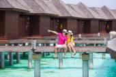 Junge Familie aus zwei am Strand Anlegestelle in tropischen Insel — Stockfoto