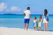 Young family on white beach during summer vacation — Stock Photo