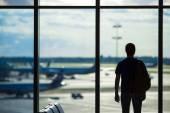 Silhouette d'un homme en attendant de monter à bord d'un vol à l'aéroport — Photo