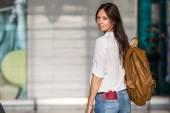 Szczęśliwa młoda kobieta z biletu lotniczego i paszporty na lotnisku czeka na wejście na pokład — Zdjęcie stockowe