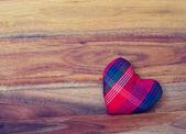 Coração sobre o fundo de madeira — Fotografia Stock