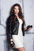 Vacker flicka stående i rock stil — Stockfoto