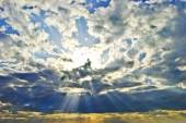 The sun's rays breaking through the dark rain clouds — Stock Photo