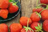 Ώριμα κόκκινα φράουλες σε ξύλινα φόντο. — Φωτογραφία Αρχείου
