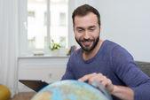 Homme de planifier ses prochaines vacances — Photo
